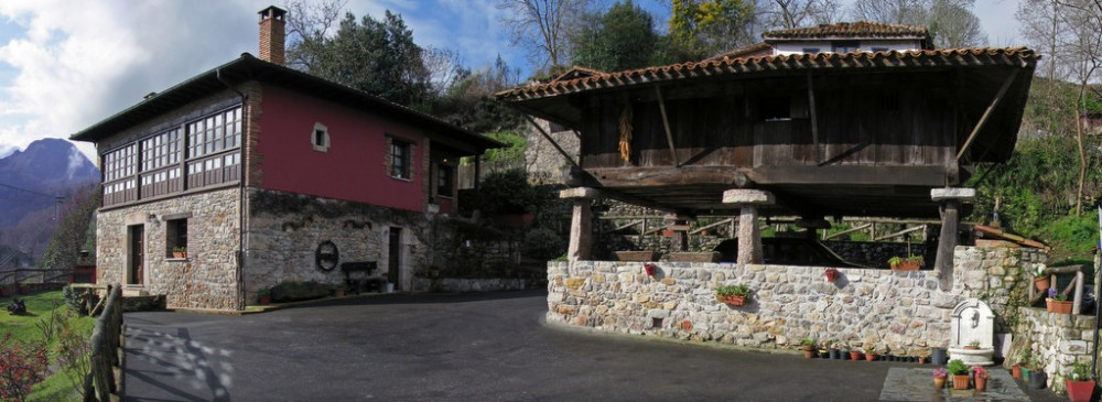 Quintana típica del oriente de Asturias, compuesta por casa, tenada y hórreo
